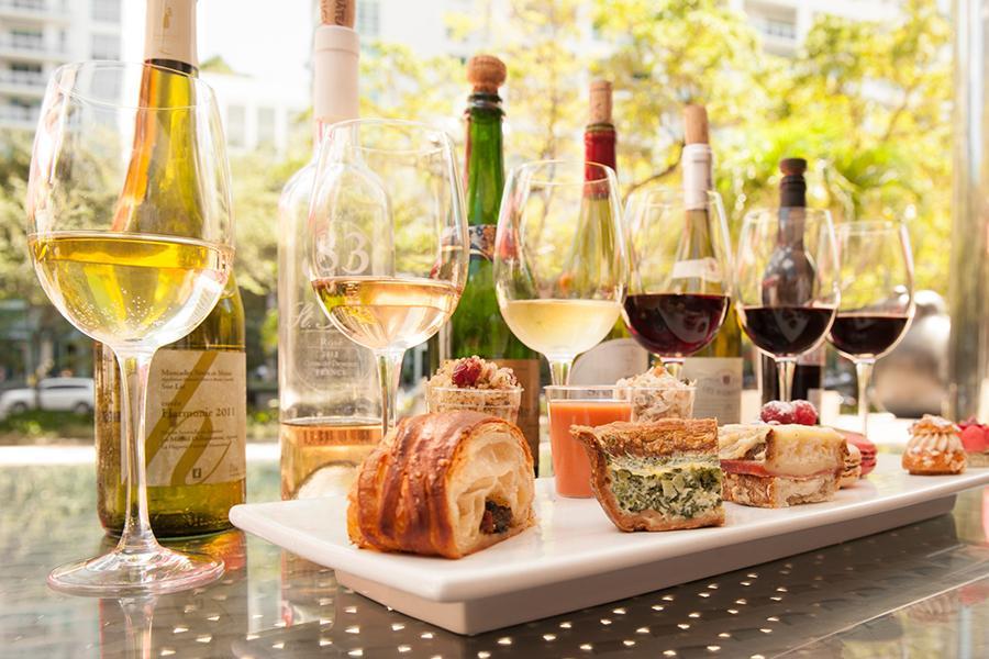 Đặt tiệc liên hoan công ty - Mỗi loại rượu vang nên thưởng thức với món ngon nào?